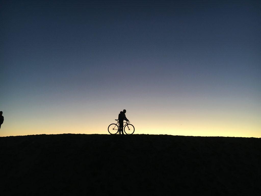 Couple vélo/cyclo à contre jour